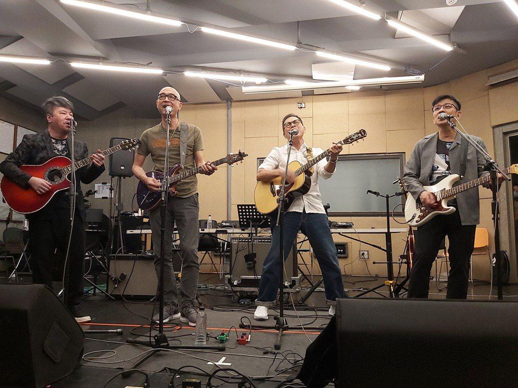 黃國倫(左起)、王治平、羅大佑、陳子鴻籌備「因為愛琴吉他音樂節」。圖/因為愛琴提...