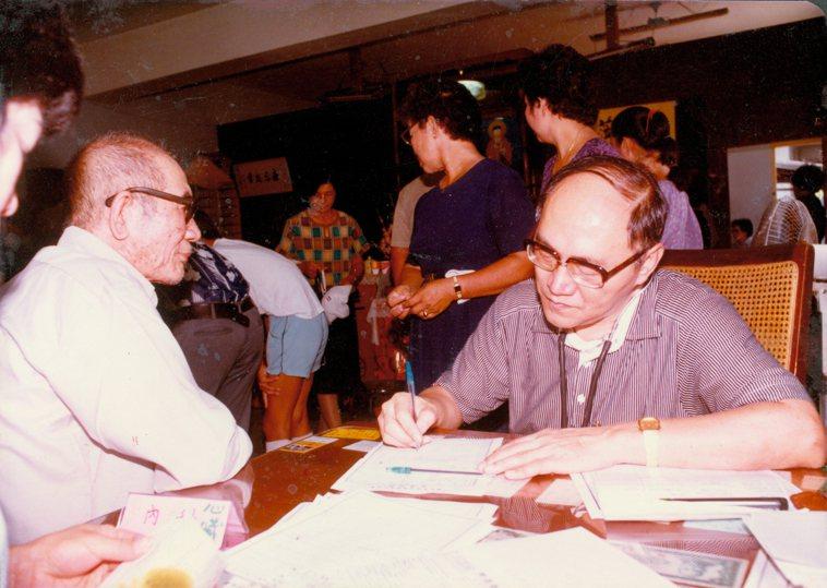 曾文賓醫師(右)在台大醫院服務期間,不僅幫證嚴法師籌備醫院,每月還到當時的慈濟義...