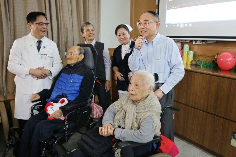 今年1月,花蓮慈濟醫院長林欣榮(前排左1)帶領團隊幫曾文賓(前排左2)慶生,曾漢...