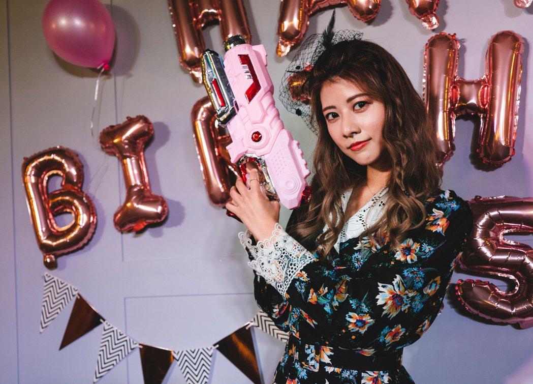 公司送給瑪利亞粉紅色玩具槍宣布發行新單曲。圖/麥卡貝提供