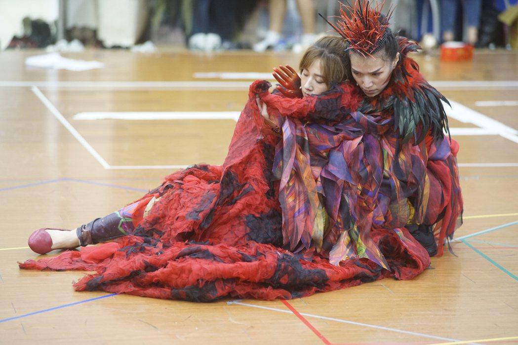 方志友(左)排練魔幻音樂劇「妖怪臺灣」。圖/故事工廠提供