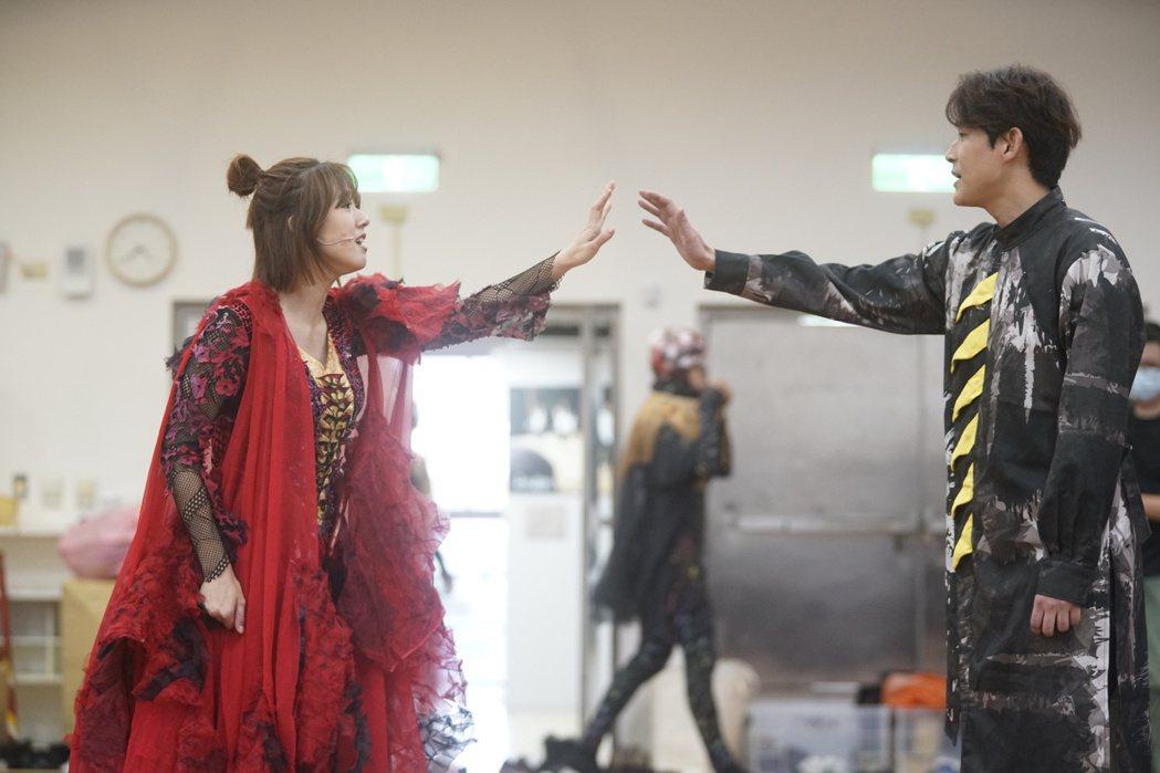 方志友(左)與陳乃榮在魔幻音樂劇「妖怪臺灣」中對戲。圖/故事工廠提供