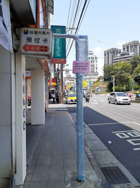 北捷萬芳醫院站對面的智慧型公車站牌,遭民眾抱怨設置近3年卻遲未啟用。圖/截至臉書「我是文山人」社團