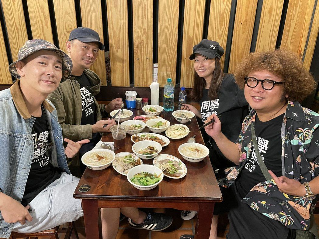 導演黃信堯(左上)和演員施名帥(左下)、潘慧如(右上)、納豆(右下)一起為電影「...