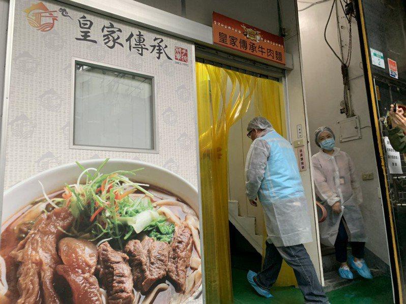 新北市政府稽查人員穿著防護衣進入工廠。記者張睿廷/攝影