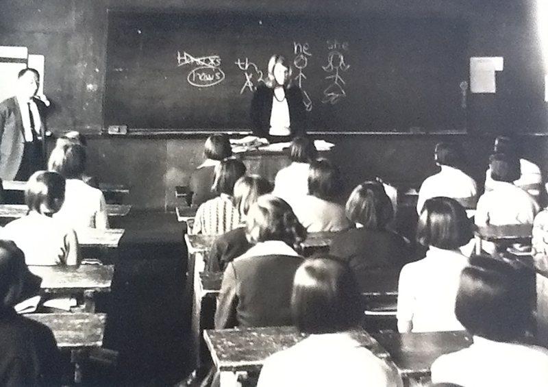 現年75歲的美國紐約州斯蒂芬鎮退休民權及勞工律師納珊,1966-1968年曾參加和平團,在南韓春川市一所中學教英文。圖為當年她在南韓的教學照片。紐約時報