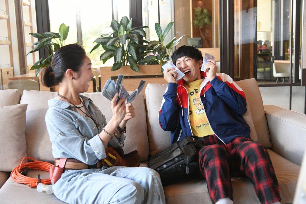 邱昊奇(右)與梁舒涵在「廢財闖天關」中互動逗趣。圖/三立提供