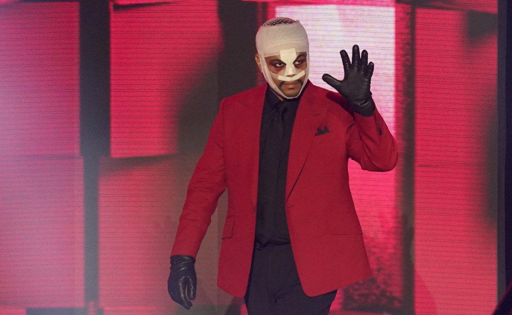 本屆全美音樂獎大贏家之一威肯,以頭纏繃帶的特殊造型出席頒獎典禮。(美聯社)