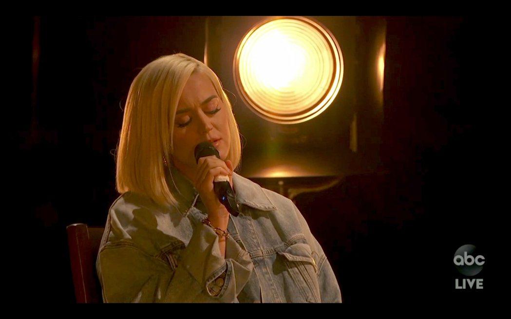 凱蒂佩芮的產後出次現場表演獻給全美音樂獎頒獎典禮。(美聯社)