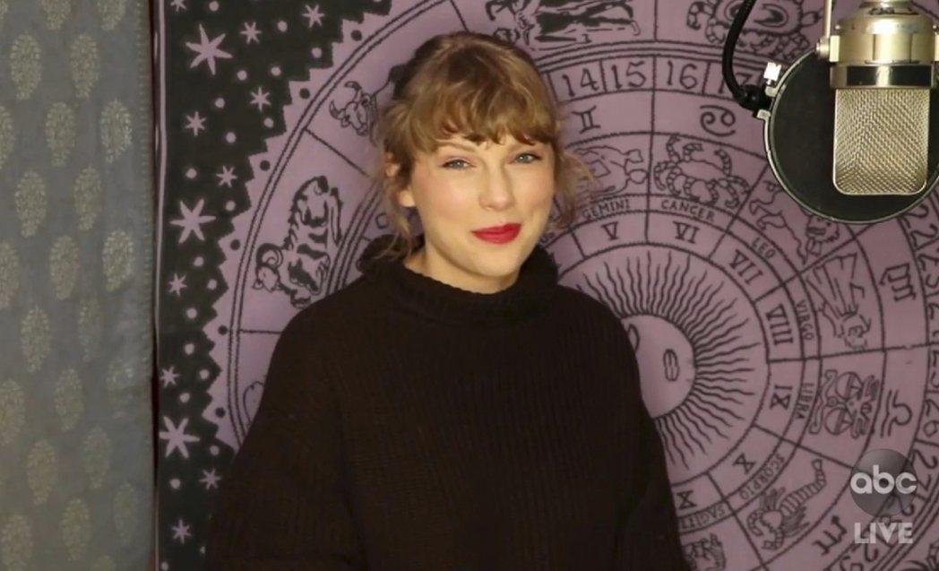 本屆全美音樂獎另一最大贏家泰勒絲未到場,透過短片向歌迷致意。(美聯社)