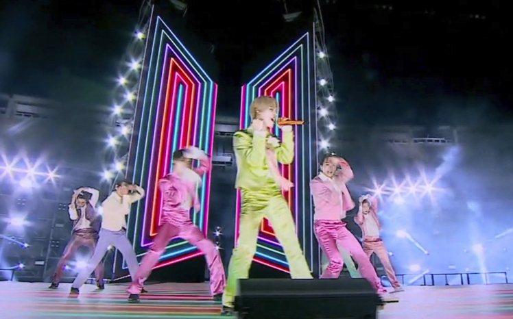 防彈少年團BTS包下首爾最大的室內表演場,為全美音樂獎頒獎典禮勁歌熱舞。(美聯社...