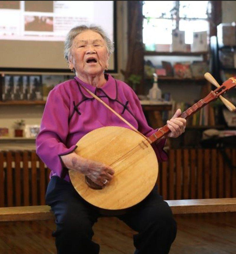 陳英藝師傳唱「恆春民謠」一甲子,以歌謠詮釋恆春的生命故事。圖/文化部提供
