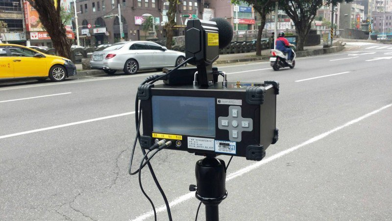 許多縣市警察局採購結合噪音偵測、測速照相的移動式設備,當成科技執法神器。圖/基隆市警局提供
