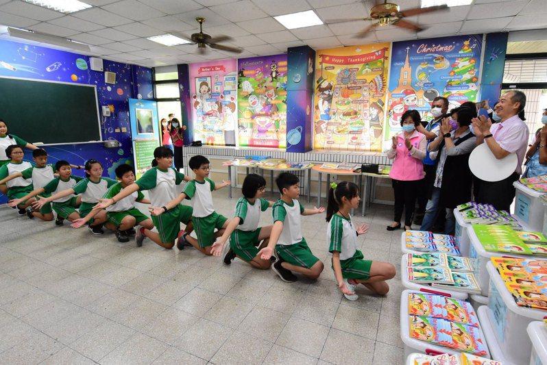 彰化縣湖西國小學童連說帶唱,詮釋活潑的英文歌謠。記者簡慧珍/攝影