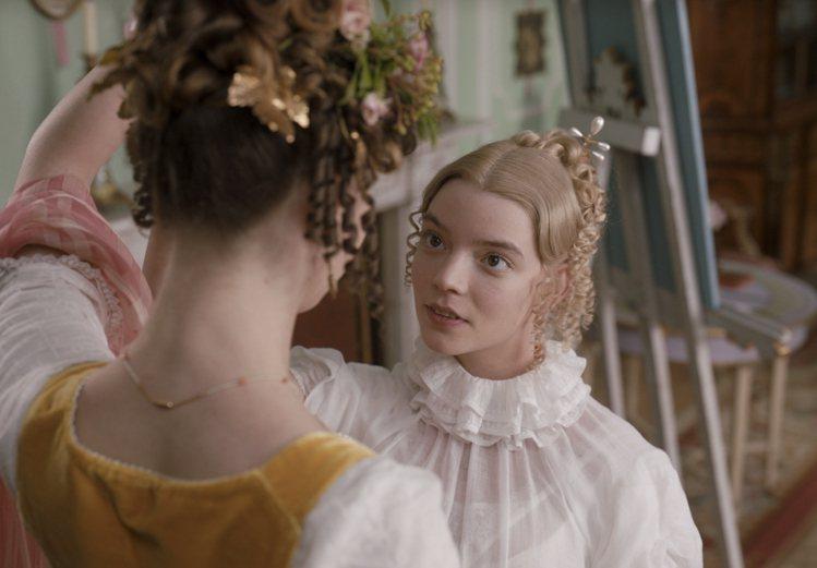 安雅泰勒喬伊(右)自嘲是醜「艾瑪」。圖/摘自imdb