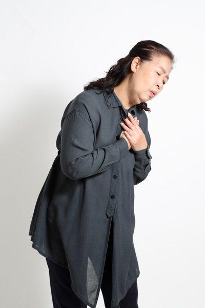 肺纖維化三警訊:走路喘、乾咳、體力突然變差。圖/123RF