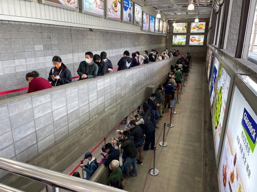 好市多黑色購物節昨天開跑,中和店開門前就有大批民眾排隊。記者陳易辰/攝影