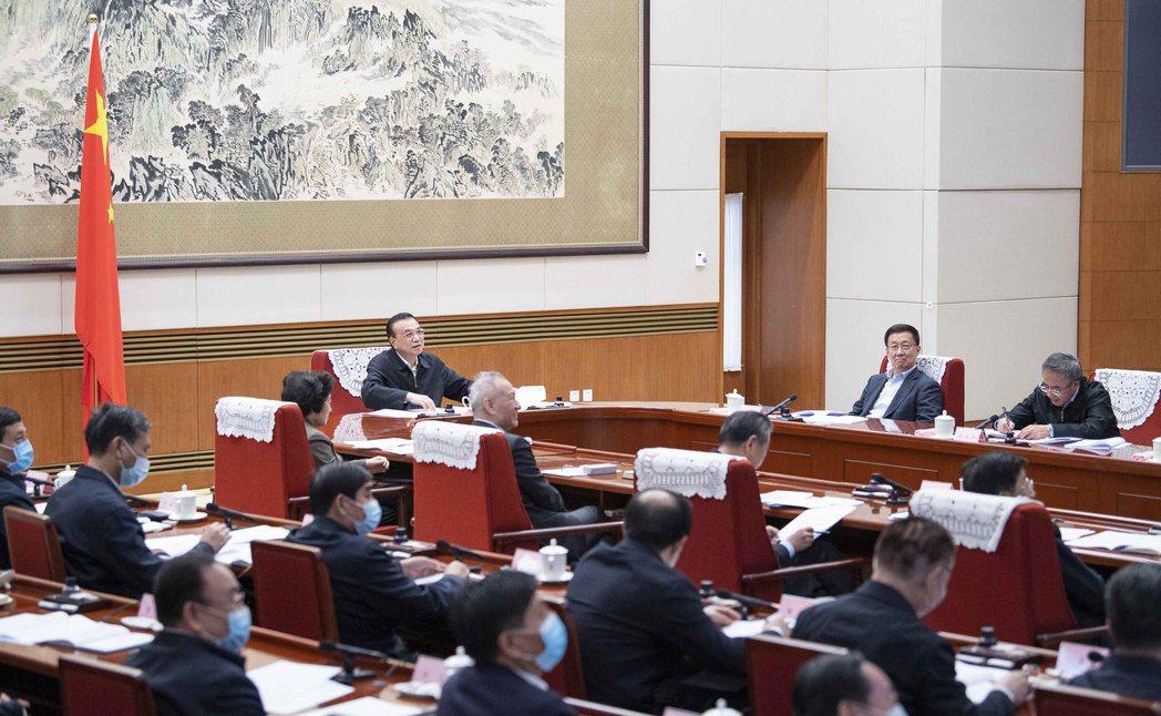 大陸總理李克強20日主持召開經濟形勢部分地方政府負責人視訊座談會,要官員講真話。...