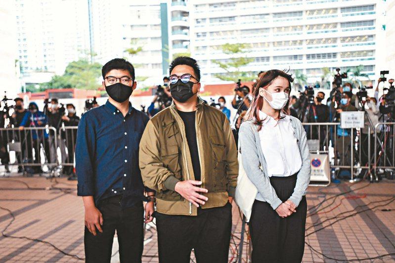 前香港眾志秘書長黃之鋒(左)、主席林朗彥(中)、成員周庭(右),被控號召參與包圍警察總部,案件昨開審,三人均承認控罪。(香港中通社)