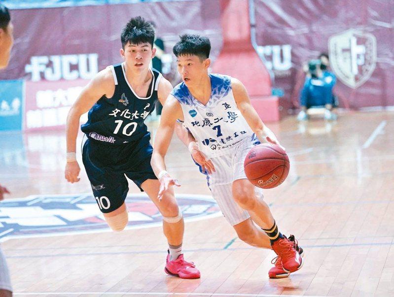中原隊長劉光尚(右)切入。圖/大專體育總會提供