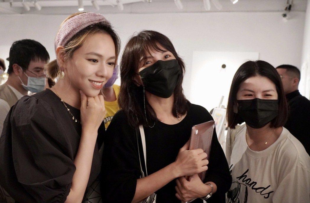 許茹芸(右起)、李心潔捧場夏于喬畫展。圖/經紀公司提供