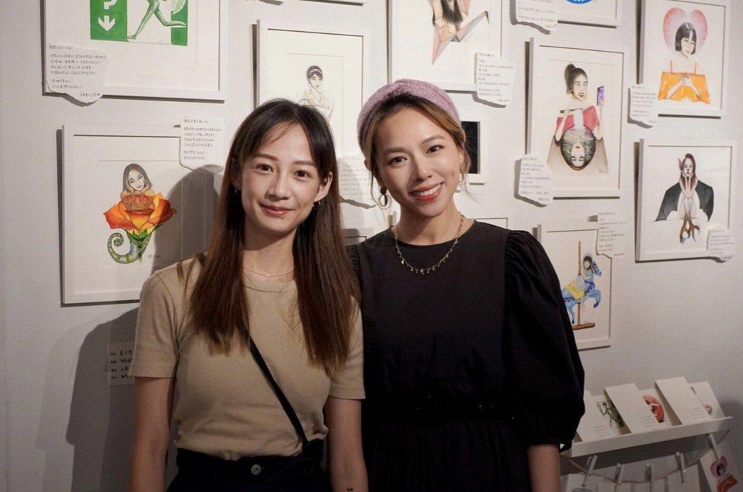 簡嫚書(左)觀賞夏于喬畫展。圖/經紀公司提供