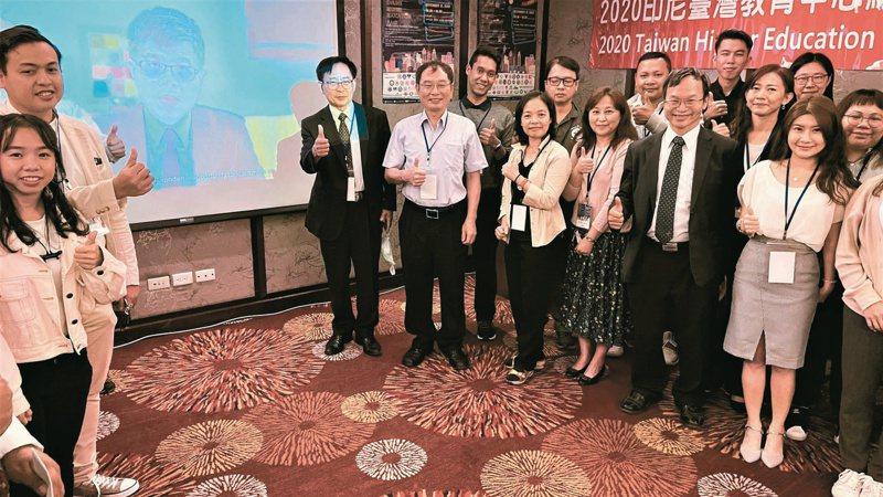 亞洲大學日前舉辦線上「台灣高等教育展 」,教育部次長劉孟奇(螢幕上)透過視訊致詞。圖/亞洲大學提供