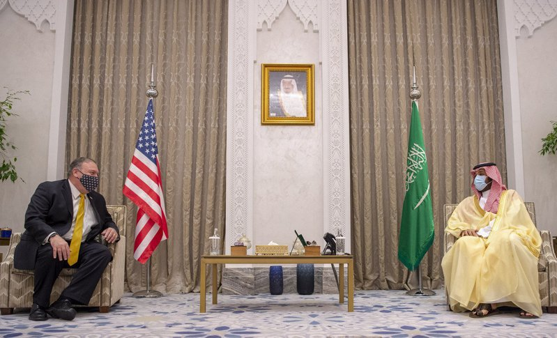 沙烏地阿拉伯王儲穆罕默德(右)廿二日在沙國新未來城和美國國務卿龐培歐(左)會談。(法新社)