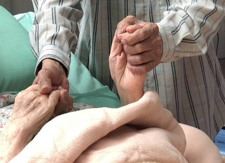 手牽手靠著親友互相支持的力量,一張照片訴說家人間感人故事。(照片提供: 財團法人...