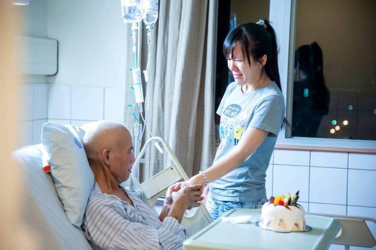 「祝你生日快樂…」,為病床上罹癌親友,唱著生日快樂歌,照片的力量無彼強大。(照片...