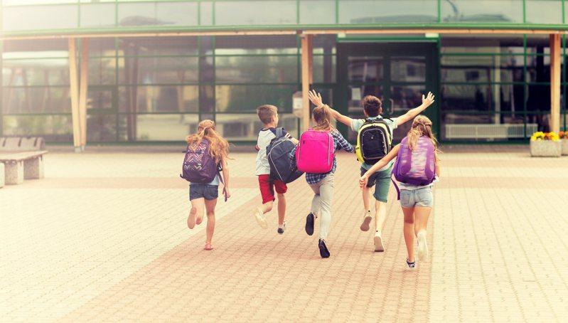 國小一年級的小朋友早上對爸媽的問候語,從「早安」變成了「早上好」引發網友們熱議。示意圖/ingimage