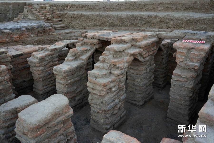 新疆唐朝墩古城浴場遺址西側支撐柱結構。新華網