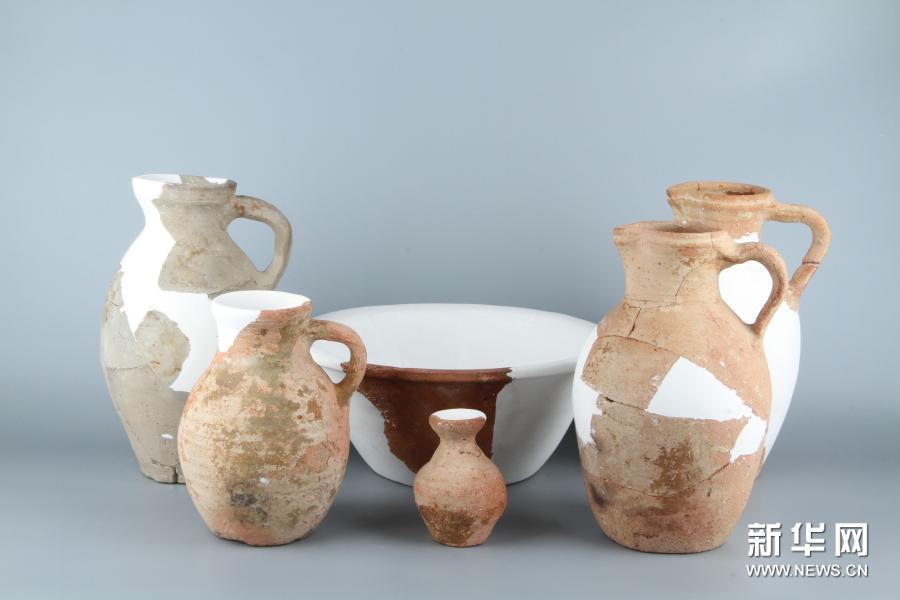 新疆唐朝墩古城浴場遺址出土的陶器。新華網