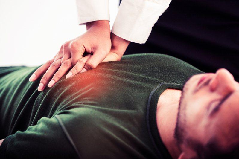 一名網友以CPR救回同事,之後卻被質疑是否施作不當,造成胸部傷口,令網友感到灰心。示意圖/ingimage授權