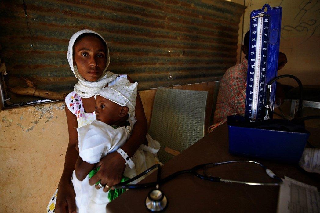 在蘇丹邊境接受治療中的難民。 圖/法新社