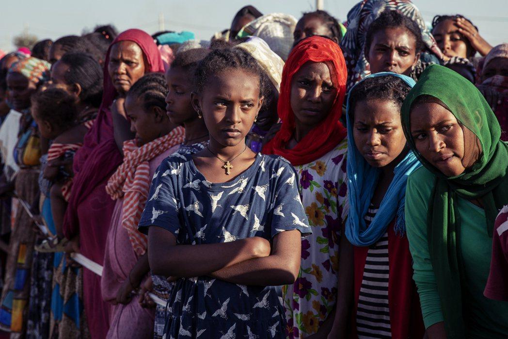 等待進入庇護所的提格雷族婦女。 圖/美聯社