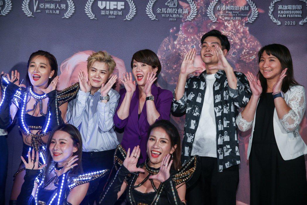 電影迷走廣州舉辦首映記者會,劇中演員及導演齊聚一堂,後排左起為張雅玲、葉寶雯、苗...