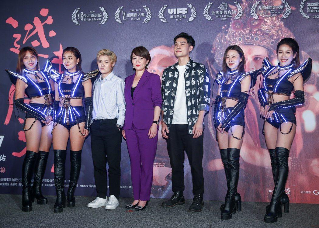 電影迷走廣州舉辦首映記者會,劇中演員及導演齊聚一堂,左起為張雅玲、導演陸慧綿、張