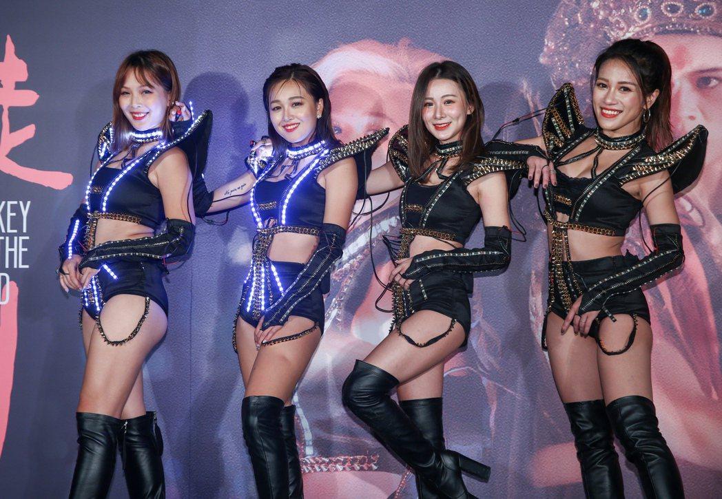 電影迷走廣州舉辦首映記者會,演員張雅玲(左二)率領歐嗨呦大跳性感豔舞。記者曾原信...