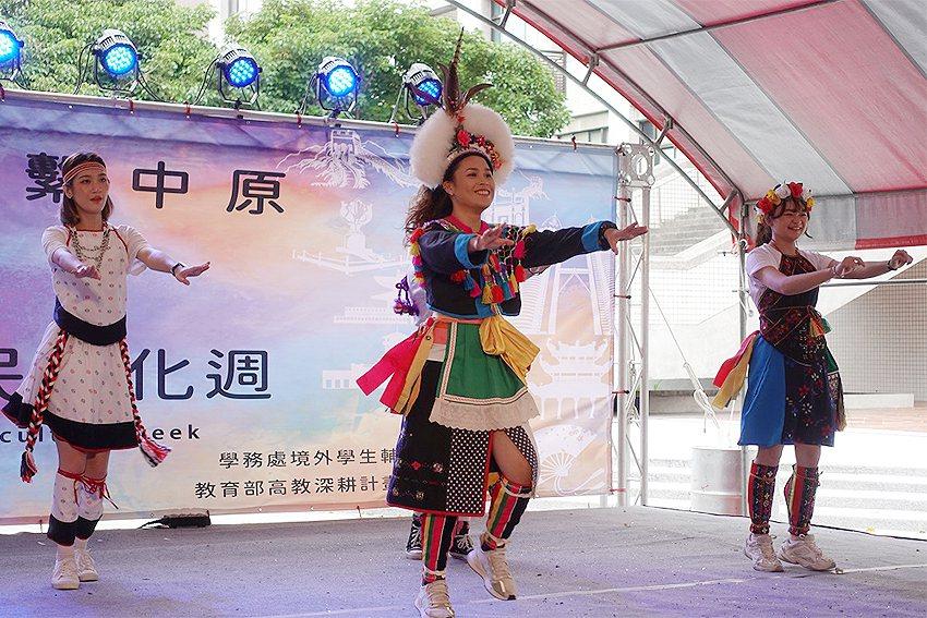 原民專班學生帶來熱情四射的舞蹈表演獲得好評。 中原大學/提供