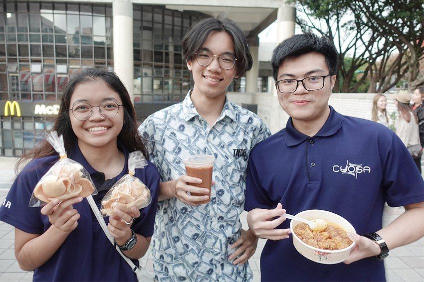 歡迎民眾前來中原大學品嚐馬來西亞的咖哩雞、蝦餅和拉茶。 中原大學/提供