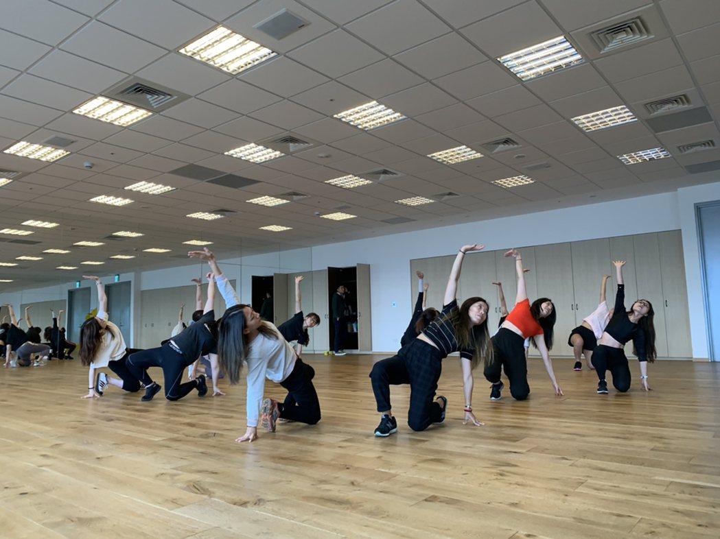 全球人壽MV熱舞社由同仁親自擔任指導老師,每周三中午與社員相約瑜珈教室練舞。 全...