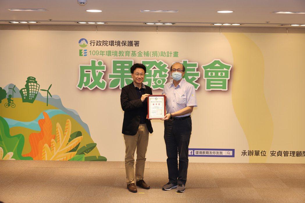 環保署綜合計畫處劉宗勇處長頒獎。 東南科大/提供