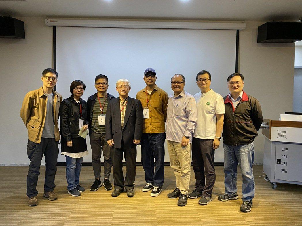 余雋江教授(左1)、東南科技大學觀光系副教授徐貴新(右2)跟與談的導演們合影。 ...