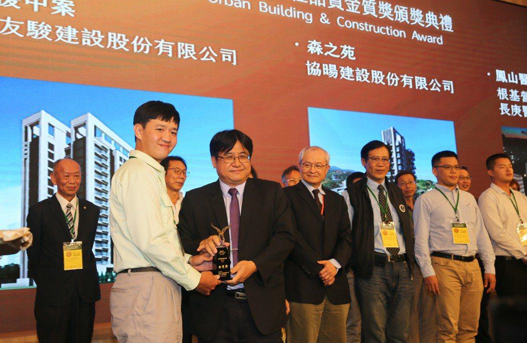營建署署長吳欣修也親自頒獎給獲獎單位。 張傑/攝影