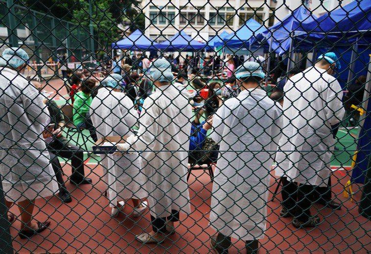 圖為香港油麻地進行新冠病毒檢測,非新聞當事人。 中新社
