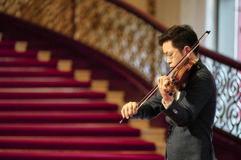 小提琴家黃俊文24日在記者會當場演奏布拉姆斯,被NSO藝術顧問呂紹嘉稱讚有王者之風。(photo by NSO國家交響樂團)
