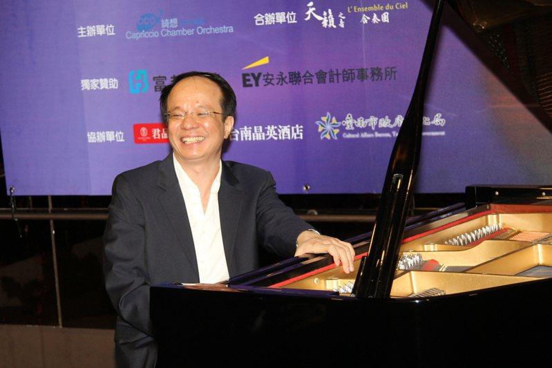 鋼琴家陳瑞斌當場舞動其享譽樂壇的「天使手指」演奏,一曲舒伯特小夜曲意猶未盡,再來一曲拉赫曼尼諾夫。(photo by 祝潤霖/台灣醒報)