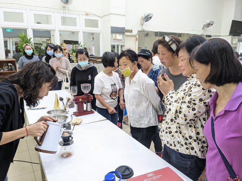 汐止復興里咖啡班進入第六堂課,由學姊也就是新北市議員周雅玲手沖咖啡,讓學員們品嚐不同的咖啡風味。 圖/觀天下有線電視提供