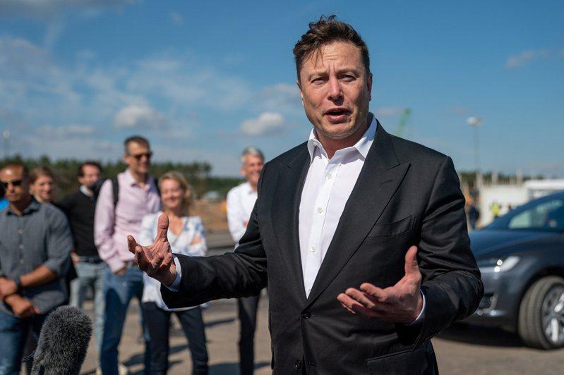 特斯拉(Tesla)執行長馬斯克(Elon Musk)今年9月初訪問德國柏林附近的超級工廠廠址,與在場人士談話。  歐新社